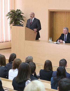 Президент Беларуси объяснил, кто самый важный в воспитании ребенка